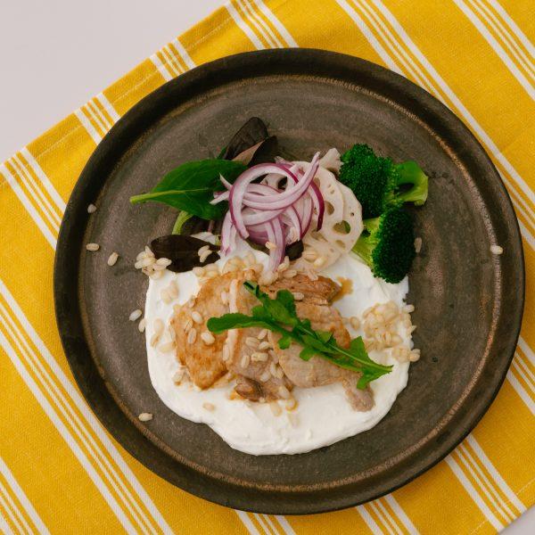 ヨーグルト漬け豚肉のトルコ風ヨーグルトソース掛け